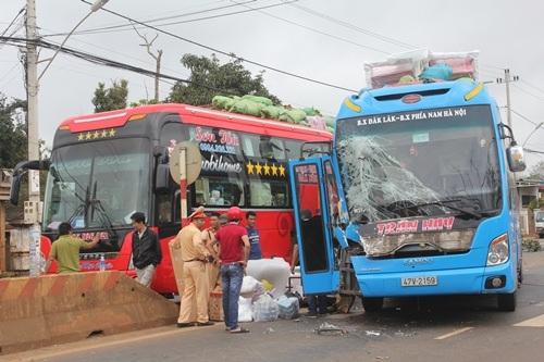 Chiếc xe khách chở theo hơn 20 hành khách bị hư hỏng phần đầu xe sau cú va chạm