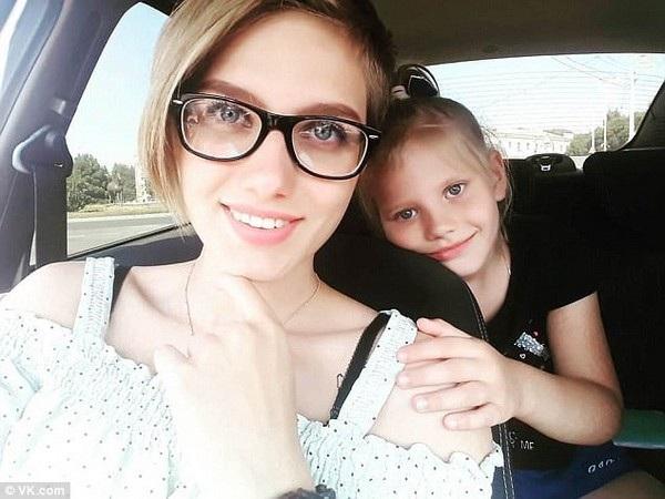 Anastasia hiện là sinh viên đại học và có một bé gái