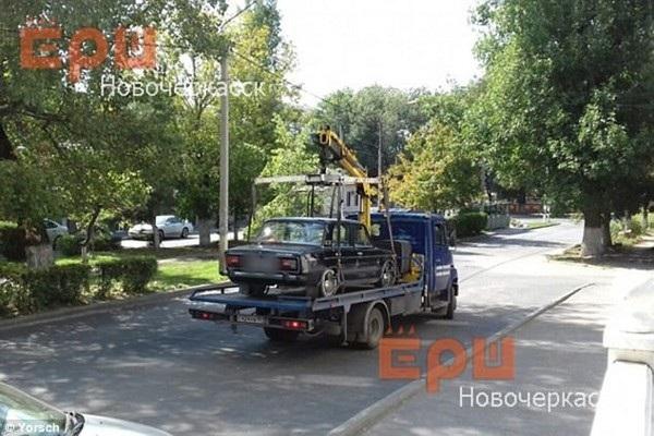 Chiếc xe của chồng Anastasia được cẩu khỏi hiện trường, ước tính vụ tai nạn gây thiệt hại 11.000 USD