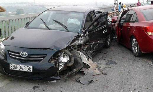 Hai chiếc xe con hư hỏng nặng phần đầu. (Ảnh: CTV)
