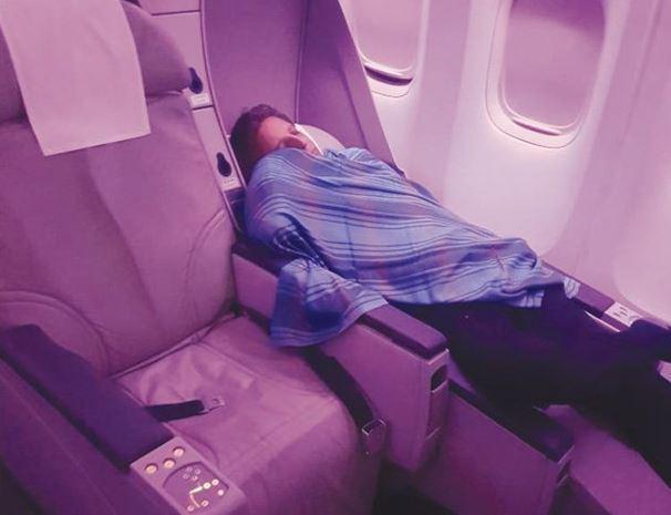 Hành khách chụp lại khoảnh khắc gây sốc khi cơ trưởng bỏ đi ngủ và giao khoang lái cho một phi công khác kém kinh nghiệm hơn