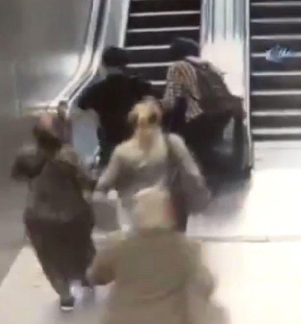 Kinh hoàng clip cậu bé gặp nạn khi đùa nghịch trên thang máy - 1