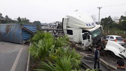 Chiếc xe container nổ lốp mất lái lao qua dải phân cách.