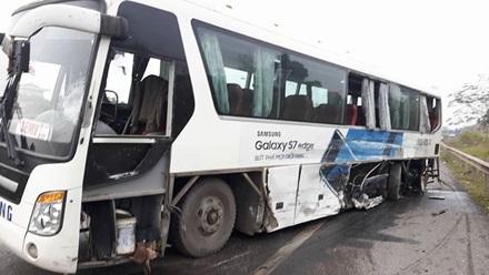 ... Và đâm vào xe buýt chở công nhân nhà máy Sam Sung, khiến 6 người bị thương. Rất may, không có người nào tử vong.