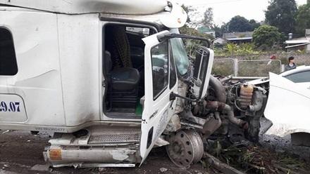 Chiếc xe container bị hư hỏng nặng sau vụ tai nạn giao thông.