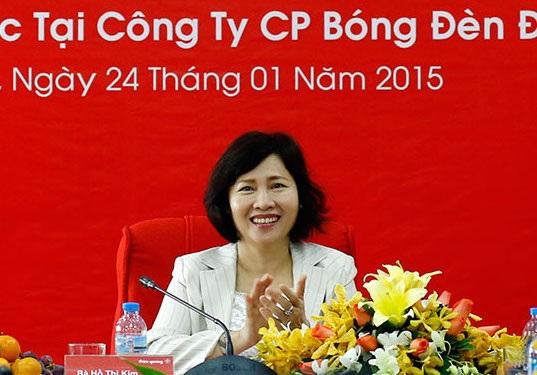 Sau khi bà Hồ Thị Kim Thoa rời Điện Quang để làm Thứ trưởng Bộ Công Thương, bà vẫn còn cổ phần tại Điện Quang và nhiều người thân nắm giữ các chức vụ chủ chốt tại công ty này