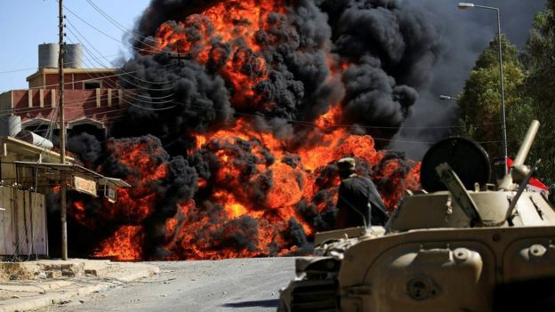 Khói lửa bốc lên từ một cuộc giao tranh giữa lực lượng giải phóng Tal Afar và phiến quân IS (Ảnh: Reuters)