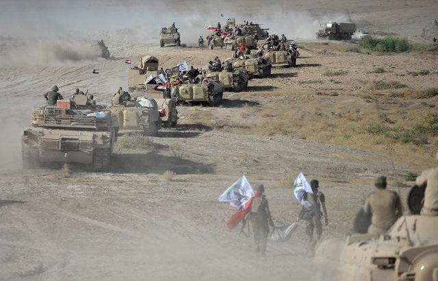 Các xe quân sự của lực lượng tham gia giải phóng Tal Afar tập trung ở ngoại ô thành phố (Ảnh: Reuters)