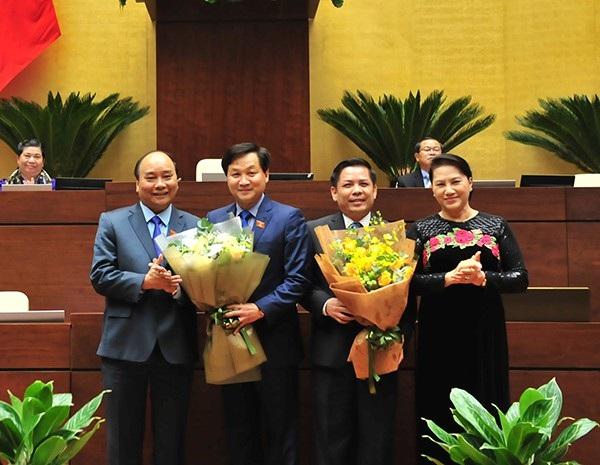 Tân Bộ trưởng GTVT Nguyễn Văn Thể (thứ 3 từ trái sang) và Thủ tướng Nguyễn Xuân Phúc cùng nhận nhiều đề xuất của đại biểu trả lời chất vấn về vấn đề BOT.