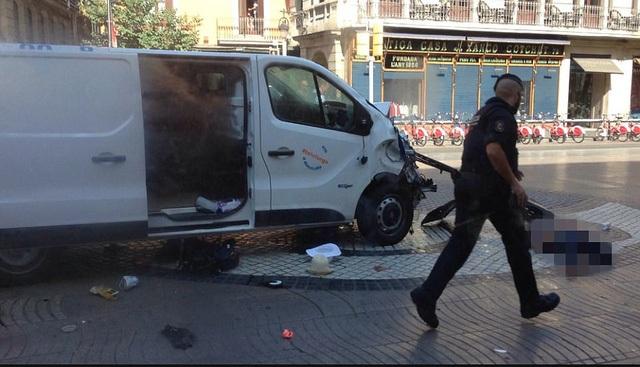 Vụ tấn công khủng bố ở thành phố Barcelona, Tây Ban Nha ngày 17/8 đã khiến ít nhất 13 người chết, 100 người bị thương (ảnh: Dailymail)
