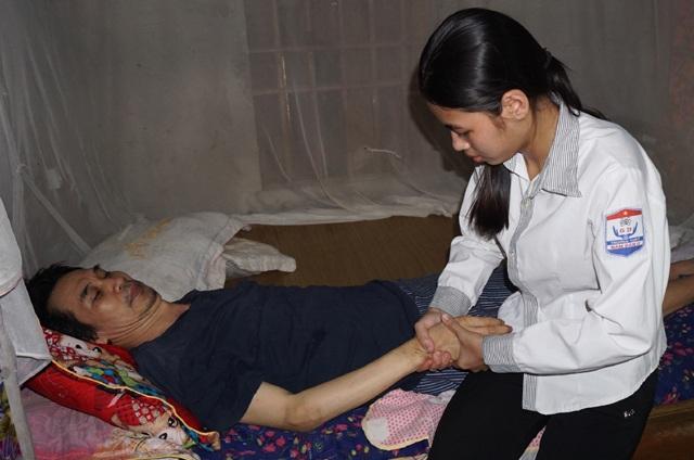 Bố của Nga nằm liệt giường 7 năm nay, ông bà đã gần 90 tuổi, một mình mẹ chạy ngược xuôi lo bữa ăn cho cả gia đình