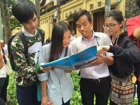 Các thí sinh TPHCM bàn luận sau buổi thi môn Địa lý. (Ảnh: Lê Phương)