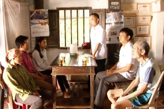 Ông Lê Văn Quỳnh – Trưởng phòng tổ chức cán bộ TAND tỉnh Nghệ An làm việc với gia đình em Nguyễn Thị Thúy Nga