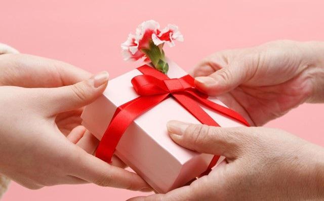 Ngày 20/11, phụ huynh tặng quà thầy cô của con với động cơ gì? - 1