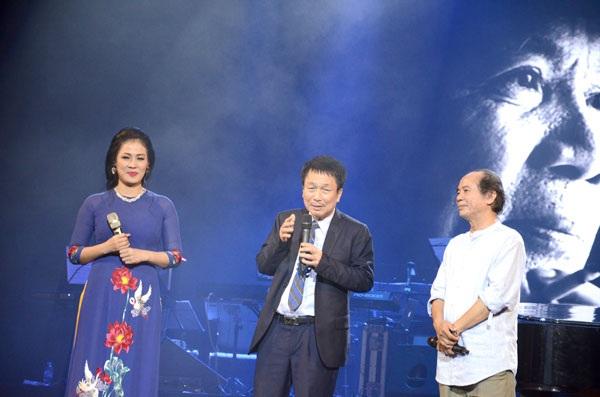 Nhạc sĩ Nguyễn Trọng Tạo (ngoài cùng bên phải) giao lưu cùng nhạc sĩ Phú Quang và ca sĩ Ngọc Châm trên sân khấu Khúc hát sông quê.