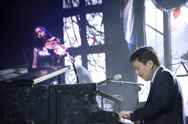 Phú Quang biểu diễn không cát - sê trong đêm nhạc Nguyễn Trọng Tạo.