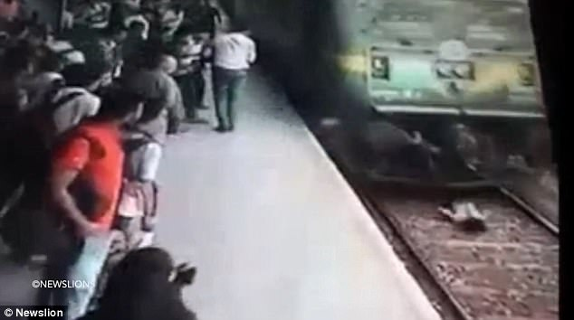Natekar bị tàu hỏa cán qua người khi băng qua đường ray (Ảnh: Dailymail)