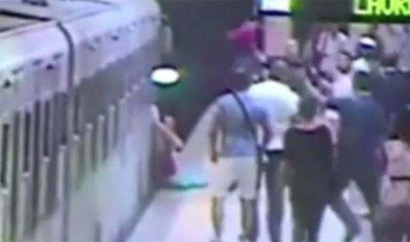 Người phụ nữ bị kéo lê trên đường ray (Ảnh: express)