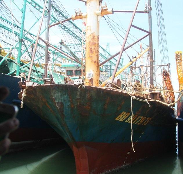Nhiều tàu vỏ thép của ngư dân Bình Định đóng theo NĐ 67 của Chính phủ đã bị hư hỏng khiến ngư dân bức xúc. (Ảnh: Doãn Công).