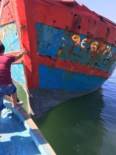 Dấu vết đạn găm chi chít ở mũi tàu