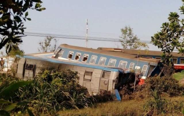 Vào 14h15 chiều 20/2, tàu hỏa SE số hiệu D19E906 với 15 toa tàu chạy hướng Nam - Bắc khi qua đường dân sinh ở thôn Phước Hưng, xã Lộc Thủy, huyện Phú Lộc, tỉnh Thừa Thiên Huế đã tông xe ben BKS 75C - 026.91. Vụ tai nạn làm 3 người chết gồm cả lái tàu SE và tài xế xe ben… (Ảnh: Đại Dương)