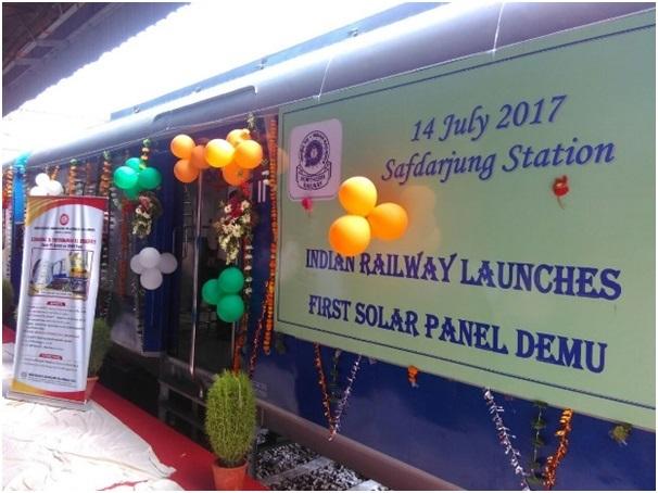 Hình ảnh tàu hỏa DEMU trong buổi lễ khánh thành tại nhà ga Safdarjung.