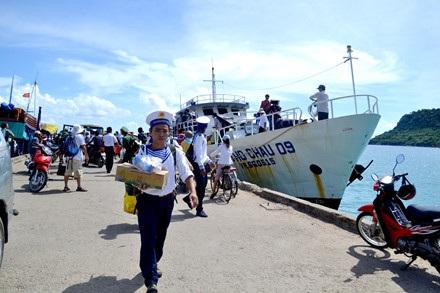Thuyền trưởng Trí đang truyền đạt kinh nghiệm lại cho con trai Nguyễn Xuân Thanh, hiện đang là thuyền phó tàu Thổ Châu 09.