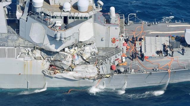 Tàu khu trục USS Fitzgerald bị đâm móp sau va chạm với tàu hàng Philippines. (Ảnh: Reuters)