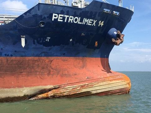 Tàu Petrolimex 14 bị hư ở phần mũi tàu