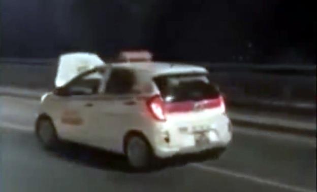 Nắp ca-pô xe taxi bung ra, che khuất tầm nhìn nhưng tài xế vẫn phóng như bay trên cầu Nhật Tân. (Ảnh cắt từ clip)