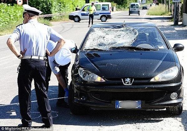 ... và chiếc xe ô tô đã tông vào Hayden