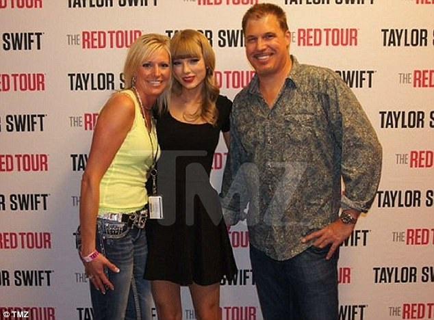 Taylor Swift (giữa) đã tố Denver DJ chạm tay vào vòng ba của cô trong bức ảnh này, chụp từ năm 2013.