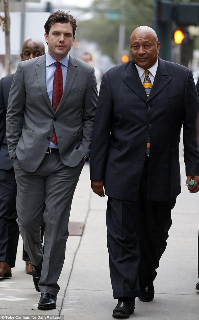 Em trai và vệ sĩ của Taylor cũng có mặt tại tòa ngày 14/8.