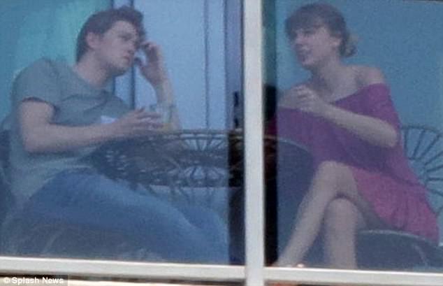 Taylor Swift và bạn trai kém 3 tuổi Joe Alwyn xuất hiện tại Nashville, Tennessee, Mỹ ngày 3/6 vừa qua