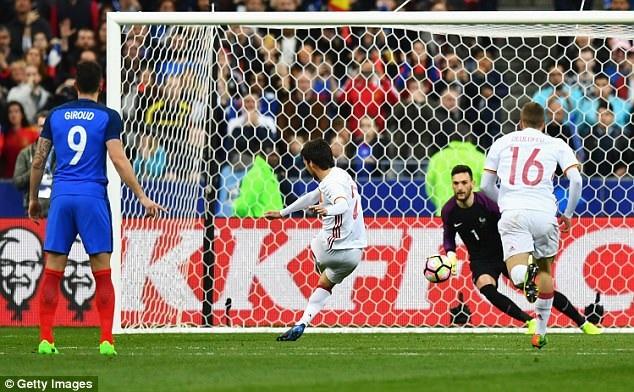 David Silva mở tỷ số cho Tây Ban Nha trên chấm phạt đền
