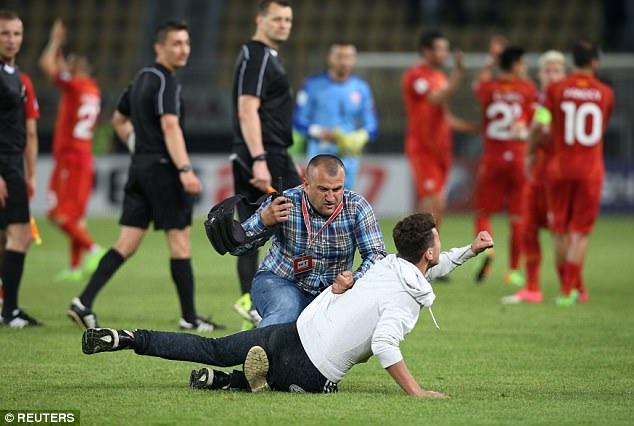 Một cổ động viên quá khích của Macedona lao vào sân
