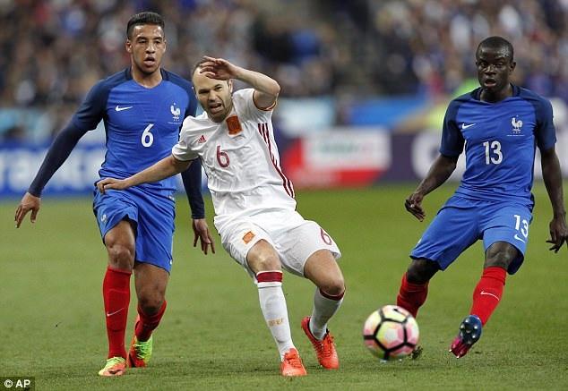 Iniesta chơi tốt trong vai trò nhạc trưởng ở giữa sân