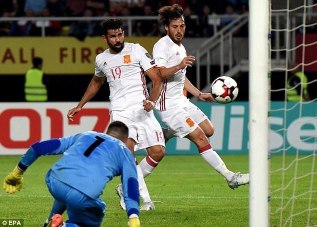David Silva mở tỷ số 1-0 cho Tây Ban Nha ở phút 15...