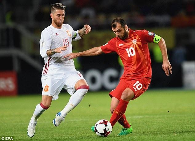 Ramos trong tình huống truy cản thủ quân Pandev của Macedonia
