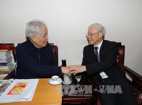 Tổng Bí thư Nguyễn Phú Trọng chúc thọ nguyên Tổng Bí thư Đỗ Mười (Ảnh: TTXVN)