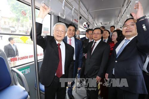Tổng Bí thư Nguyễn Phú Trọng đi xe buýt Hà Nội. Ảnh: Trí Dũng – TTXVN
