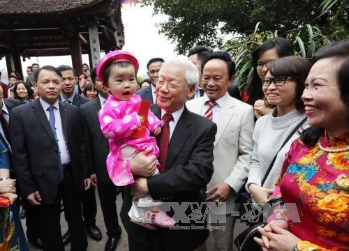 Tổng Bí thư Nguyễn Phú Trọng chúc Tết, tặng quà nhân dân và các cháu Thủ đô Hà Nội đang vui xuân bên Đền Ngọc Sơn. Ảnh: Trí Dũng – TTXVN