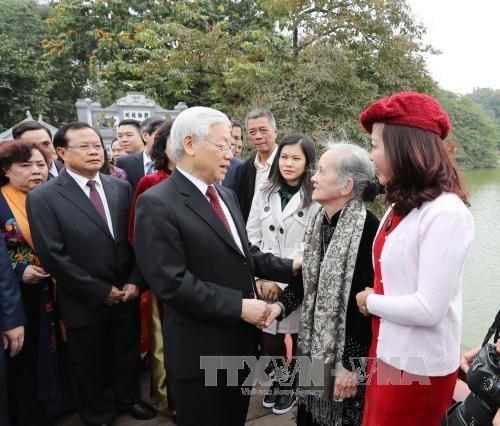 Tổng Bí thư đi dạo bên Hồ Gươm, chúc Tết bà con nhân dân - 1