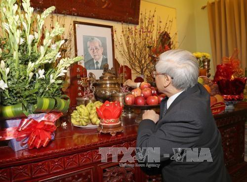 Tổng Bí thư Nguyễn Phú Trọng thắp hương tưởng niệm cố Tổng Bí thư Lê Duẩn (Ảnh: TTXVN)