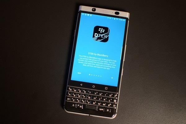 Phần mềm và dịch vụ trên sản phẩm sẽ do chính BlackBerry phát triển, tập trung vào bảo mật và các tính năng cho doanh nhân