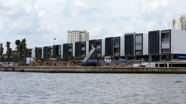 Dự án xây tăng diện tích tầng trệt; vi phạm khoảng lùi sông Sài Gòn, rạch ông Hóa với tổng diện tích lên đến gần 1.400 m2 (Ảnh: Trung Kiên)