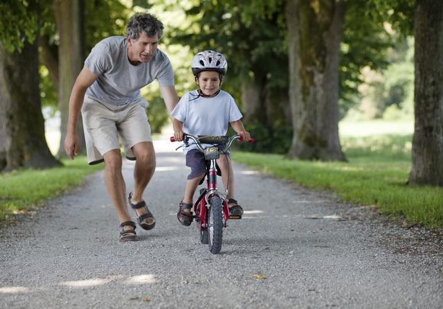 Bố mẹ nên để con từng bước đối mặt với những hiểm nguy trong cuộc sống. (Ảnh minh họa)