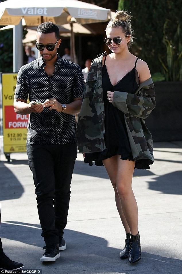 Siêu mẫu Chrissy Teigen được chồng, danh ca John Legend, đưa đi ăn trưa tại Beverly Hills, ngày 28/11.