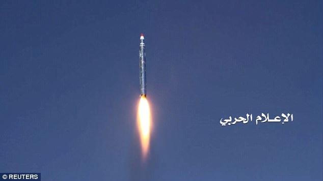 Tên lửa đạn đạo do nhóm phiến quân Houthi khai hỏa. (Ảnh: Reuters)