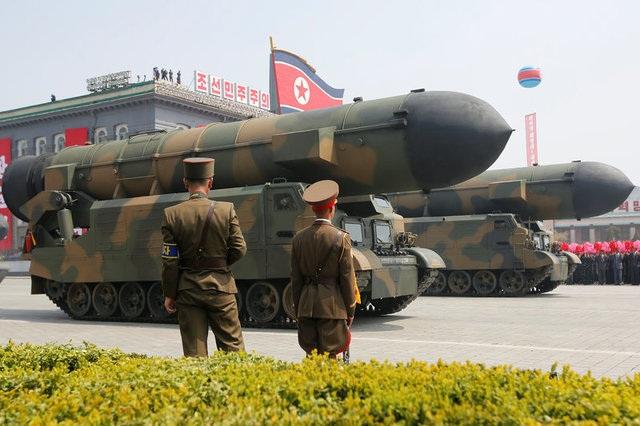 Triều Tiên phô diễn tên lửa trong lễ duyệt binh ngày 15/4 (Ảnh: Reuters)